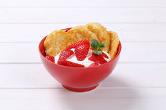Amerikanska pannkakor med yoghurt och jordgubbar Arkivfoto