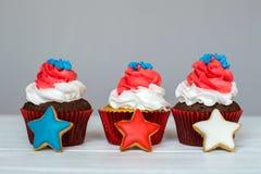 Amerikanska patriotiska themed muffin för 4th Juli med ljust rödbrun stjärnor grunt djupfält Arkivfoto