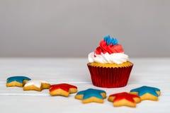 Amerikanska patriotiska themed muffin för 4th Juli med mycket ljust rödbrun stjärnor grunt djupfält Royaltyfri Foto