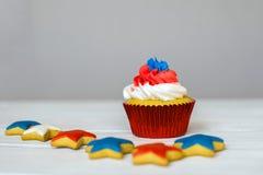 Amerikanska patriotiska themed muffin för 4th Juli med mycket ljust rödbrun stjärnor grunt djupfält Royaltyfri Bild