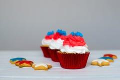 Amerikanska patriotiska themed muffiner för 4th Juli Royaltyfri Bild