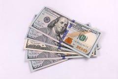 Amerikanska pengar i 100 00 räkningar travde högt Arkivbilder