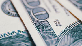 Amerikanska pengardollar på roterande yttersidabakgrund arkivfilmer