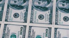 Amerikanska pengardollar på roterande yttersidabakgrund lager videofilmer
