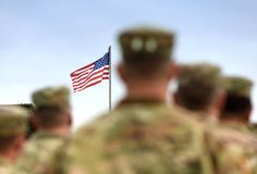 Amerikanska soldater och USA-flagga armé oss royaltyfri foto