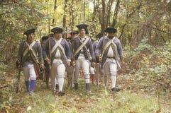 Amerikanska soldater under historisk krigReenactment för amerikansk revolutionär, nedgångläger, nya Windsor, NY Royaltyfri Bild