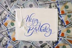 amerikanska stora dollar pengarstapel stapla amerikanska dollarbakgrunder med lycklig födelsedag för text Kalligrafibokstäver Arkivfoton