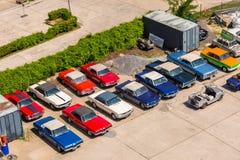 Amerikanska tappningbilar på parkeringen i Berlin, Tyskland Fotografering för Bildbyråer