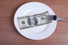 Amerikanska US dollarpengar på den vita plattan Arkivbilder