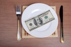 Amerikanska US dollarpengar på den vita plattan Arkivfoton