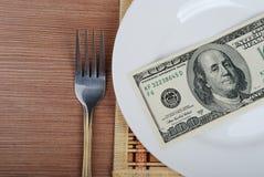 Amerikanska US dollarpengar på den vita plattan Royaltyfri Bild