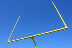 amerikanskt blått fotbollmål över stolpeskyen Royaltyfri Bild