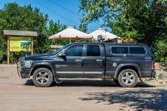 Amerikanskt Dodge för Av-väg medelpickup RAM 1500 5 7 L kapacitet i parkeringsplatsen fotografering för bildbyråer