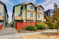 Amerikanskt dubbelsidigt hus för två familjer Grön yttre målarfärg royaltyfri foto
