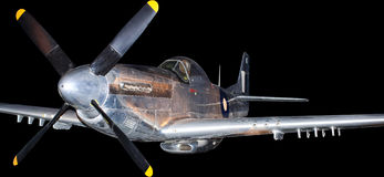 Amerikanskt kämpeflygplan från det koreanska kriget som isoleras på svart Royaltyfri Foto