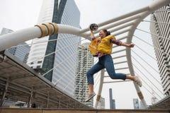 Amerikanskt kvinnligt teknikerhopp i stad Royaltyfria Foton
