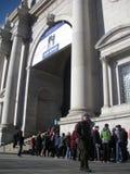 Amerikanskt museum av naturhistoria som väntar i linje, NYC, NY, USA arkivbilder