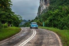 Amerikanskt oldtimerdrev på den kubanska vägen Arkivfoton