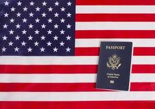 Amerikanskt pass med USA flaggan Royaltyfria Bilder