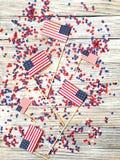 Amerikanskt självständighetsdagen, beröm, patriotism och feriebegrepp - flaggor och stjärnor på 4th av det Juli partiet överst på Royaltyfria Bilder