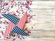 Amerikanskt självständighetsdagen, beröm, patriotism och feriebegrepp - flaggor och stjärnor på 4th av det Juli partiet överst på Royaltyfri Fotografi