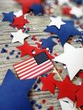 Amerikanskt självständighetsdagen, beröm, patriotism och feriebegrepp - flaggor och stjärnor på 4th av det Juli partiet överst på Arkivfoto