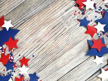 Amerikanskt självständighetsdagen, beröm, patriotism och feriebegrepp - flaggor och stjärnor på 4th av det Juli partiet överst på Royaltyfri Foto