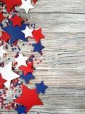 Amerikanskt självständighetsdagen, beröm, patriotism och feriebegrepp - flaggor och stjärnor på 4th av det Juli partiet överst på Arkivbild
