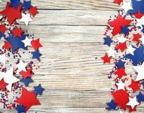 Amerikanskt självständighetsdagen, beröm, patriotism och feriebegrepp - flaggor och stjärnor på 4th av det Juli partiet överst på Royaltyfri Bild