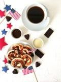Amerikanskt självständighetsdagen, beröm, patriotism och feriebegrepp-ostkakor och kaffe med flaggor och stjärnor på 4th Juli Arkivbild