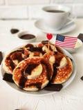 Amerikanskt självständighetsdagen, beröm, patriotism och feriebegrepp-ostkakor och kaffe med flaggor och stjärnor på 4th Juli Royaltyfria Bilder