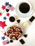 Amerikanskt självständighetsdagen, beröm, patriotism och feriebegrepp-ostkakor och kaffe med flaggor och stjärnor på 4th Juli Arkivfoto