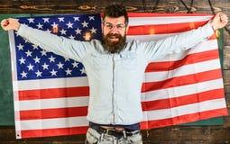 Amerikanskt utbildningssystembegrepp Studentutbytesprogram Den amerikanska läraren i glasögon rymmer amerikanska flaggan man Arkivbilder