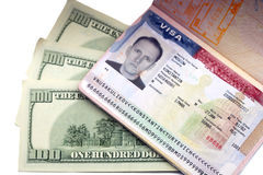 Amerikanskt visum på sidan av det ryska internationella passet och US dollar royaltyfri bild