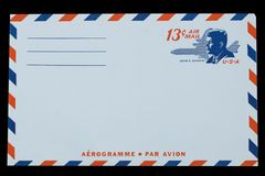 AMERIKAS FÖRENTA STATER - CIRCA 1968: Ett gammalt kuvert för flygpost med en stående av John F kennedy Royaltyfri Bild