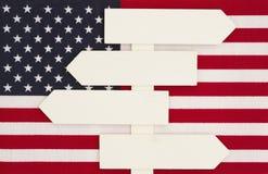 Amerikas förenta staterflagga med ett wood tecken Arkivbilder