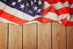 Amerikas förenta staterflagga på träbakgrund 4th av Juli beröm Fotografering för Bildbyråer