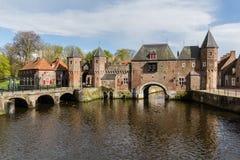 Amersfoort medeltida stadvägg Koppelpoort och den Eem floden Arkivfoto