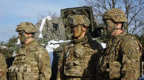 Amerykańscy żołnierze i militarny wyposażenie dla manewrów w Polska obraz royalty free