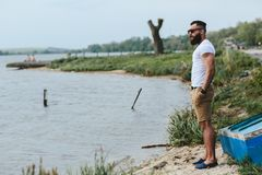 Amerykańscy Brodaci mężczyzna spojrzenia na brzeg rzeki Fotografia Stock