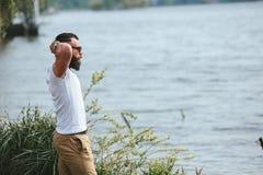 Amerykańscy Brodaci mężczyzna spojrzenia na brzeg rzeki Zdjęcia Royalty Free