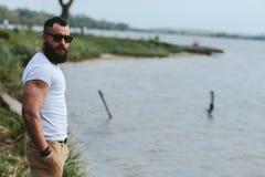 Amerykańscy Brodaci mężczyzna spojrzenia na brzeg rzeki Zdjęcie Stock