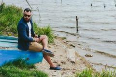Amerykańscy Brodaci mężczyzna spojrzenia na brzeg rzeki Zdjęcia Stock