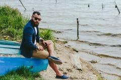 Amerykańscy Brodaci mężczyzna spojrzenia na brzeg rzeki Obraz Stock