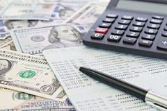 Amerykańscy dolary gotówkowego pieniądze, kalkulator i savings obrachunkowy passbook, sprawozdanie finansowe na stole lub zdjęcie stock