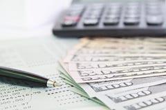 Amerykańscy dolary spieniężają pieniądze, kalkulatora na savings obrachunkowym passbook lub sprawozdania finansowego, obrazy stock