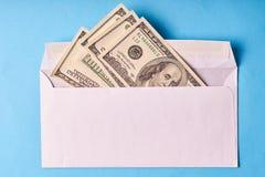 Amerykańscy dolary w białej kopercie niebieska tła obrazy royalty free