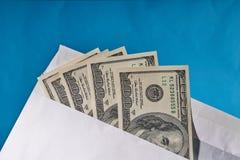 Amerykańscy dolary w białej kopercie niebieska tła obraz royalty free