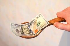 Amerykańscy rachunki, dolary w drewnianej łyżce obraz royalty free