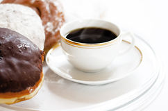 (Amerykańską) czerni kawę i donuts Obrazy Royalty Free